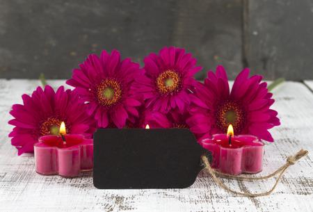 esoterismo: concepto de relajación con signo vacío y gerbera rosa