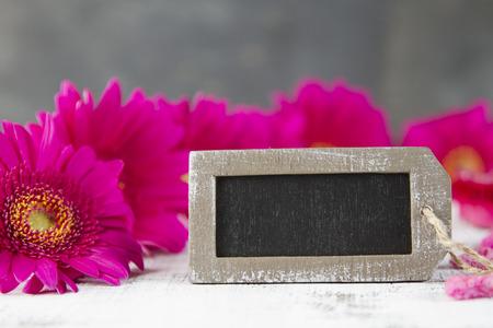 esoterismo: concepto de tiempo de espera con el gerbera rosa y muestra vacía