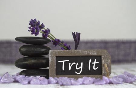 esoterismo: probarlo con piedras calientes y lavanda Foto de archivo