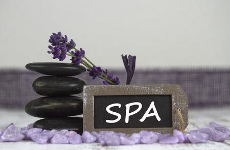 esoterismo: SPA con piedras calientes y lavanda Foto de archivo