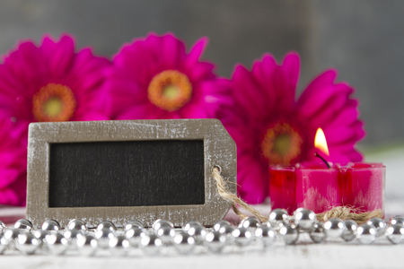 esoterismo: beauty therapy concept with pink gerbera and empty sign Foto de archivo