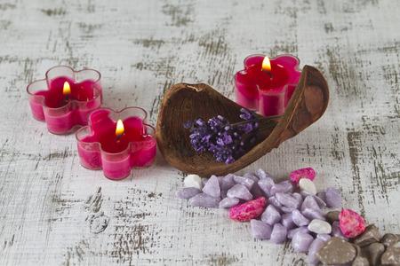esoterismo: concepto de vida sin estrés con lavanda y velas
