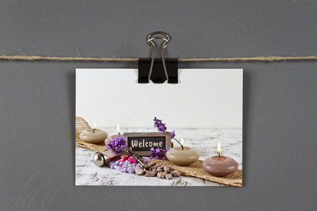 coming home: Business card with Welcome concept on a pinboard Stock Photo