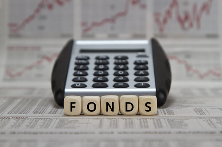 Fonds word built with cubes in front of a calculator