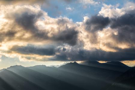 atmosfera: ambiente impresionante de la salida del sol de la montaña - montañas con los rayos del sol y las nubes asombrosos. West Tatras, Eslovaquia, Europa