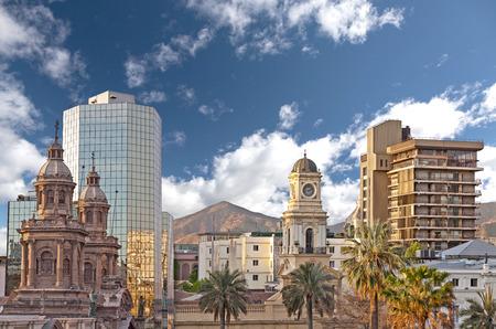 歴史的な建物、チリ Santiago de チリ ダウンタウン、モダンな高層ビル混合 写真素材