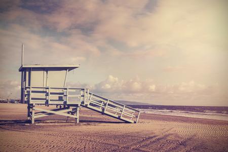木製ライフガード タワー、米国カリフォルニア州のビーチのヴィンテージのレトロな写真。