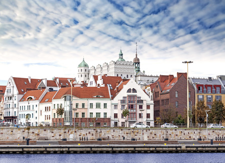 シュチェチン (Stettin) 旧市街、川の眺め、ポーランド。
