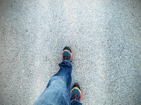 bewegung menschen: Konzept Bild der Beine zu Fu� auf Asphalt.