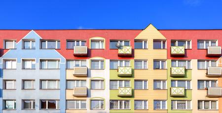 Kleurrijke gevel van een woongebouw. Stockfoto