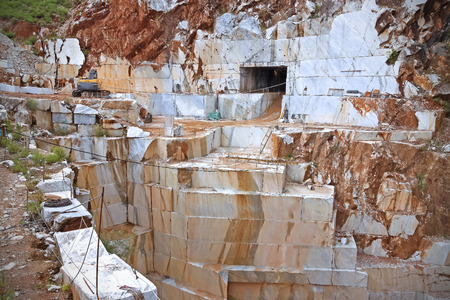 Marble mijn in regenseizoen in Carrara, Italië.