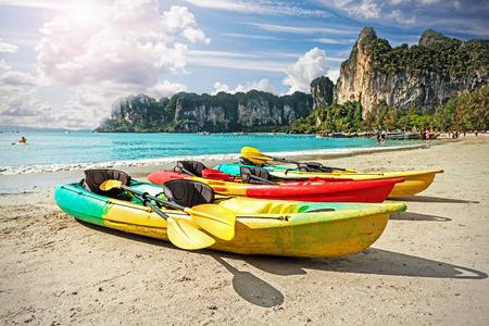 ocean kayak: Kayaks en la playa tropical, activa concepto festivos. Foto de archivo