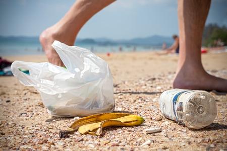 Vuilnis op een strand achtergelaten door toeristen, milieuvervuiling begrip afbeelding. Stockfoto