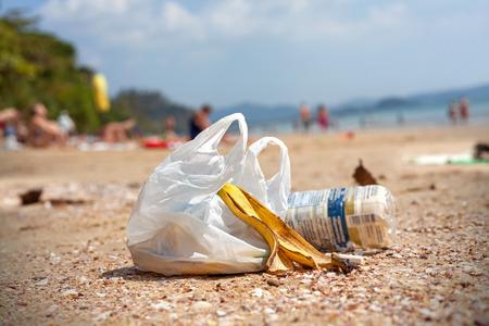 Garbage op een strand, milieuvervuiling-concept beeld. Stockfoto
