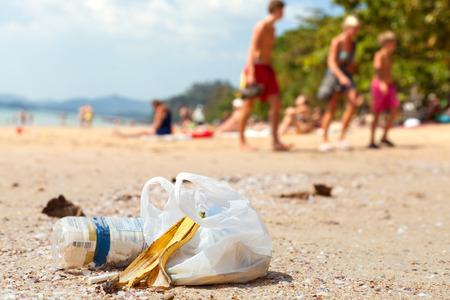 観光客、コンセプト画像が環境汚染によって残されたビーチのゴミ。