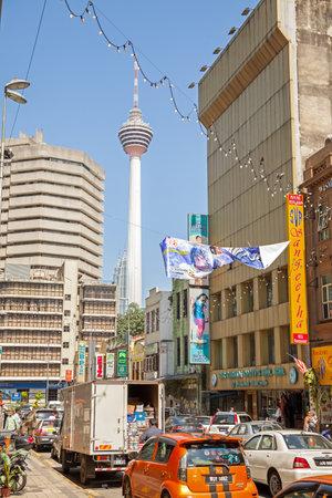 daily routine: Kuala Lumpur, Malasia - 16 de enero de 2015: la rutina diaria en la concurrida calle comercial en Little India distrito de Malasia de la ciudad capital.