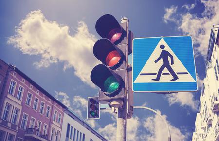 se�ales de seguridad: Retro filtrada foto de sem�foros y signo de cruce peatonal en una ciudad.