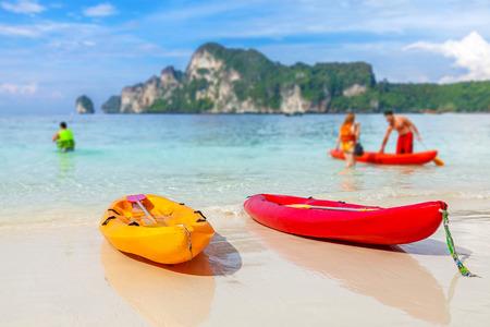 ocean kayak: Kayaks en una playa tropical, la profundidad de campo. Activo fondo vacaciones.