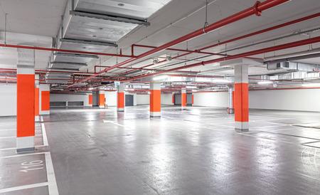 Foto van een ondergrondse parkeergarage, industriële interieur achtergrond. Stockfoto