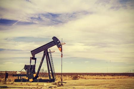 huile: R�tro filtr�e image de la prise de la pompe � huile, Texas, USA.
