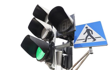 semaforo peatonal: Sem�foros y paso de peatones signo aislado en blanco, luz verde. Foto de archivo