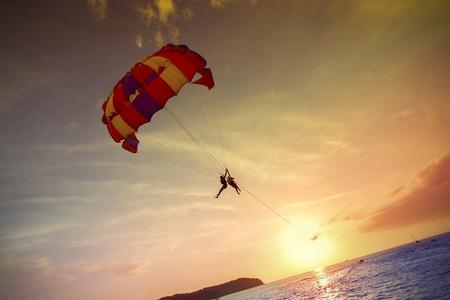 Paragliders bij zonsondergang, de zomer avontuur in Maleisië; Langkawi Island. Stockfoto - 41108590