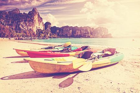 ocean kayak: Retro tonos kayaks en una playa tropical. Activo fondo vacaciones.