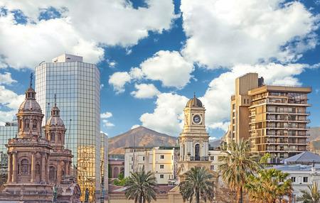 サンティアゴ ・ デ ・ チレ ダウンタウン、モダンな高層ビルは、チリの歴史的建造物と混合。 写真素材