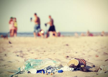 Retro filtrée ordures sur une plage laissé par les touristes, l'environnement concept de la pollution photo, la mer Baltique, la Pologne.