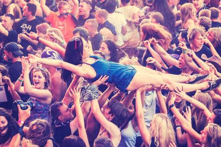 concierto de rock: Kostrzyn nad Odra, Polonia - 01 de agosto 2015: Las personas que se divierten durante el concierto en el 21 Festival de Woodstock Polonia, uno de los festivales al aire libre m�s grande vista en Europa, vintage tonificados. Editorial