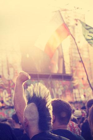 punk hair: Kostrzyn nad Odr?, POLOGNE - 1 ao�t 2015: L'homme aux cheveux punk et drapeau polonais lors de concert sur le 21�me Festival de Woodstock Pologne, l'un des plus grands festivals en plein air en Europe, le style vintage.