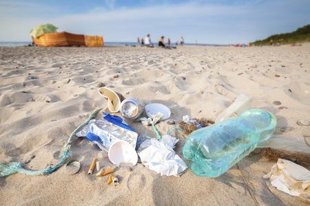 観光、環境汚染概念図、バルト海沿岸、ポーランドによって残されたビーチのゴミ。 写真素材