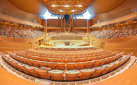 Los Angeles, Verenigde Staten - 21 augustus 2015: Interieur van de Walt Disney-concerthal, ontworpen door Frank Gehry en geopend in 2003. Het hoofdpodium is gemaakt van gele ceder uit Alaska.