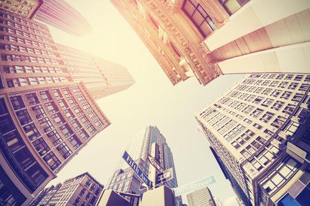 Vintage gefilterd fisheye foto van Manhattan, keek naar de hemel, New York City, Verenigde Staten.