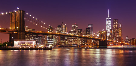 Brooklyn Bridge en Manhattan bij nacht, New York City, Verenigde Staten.