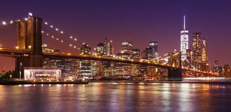 Brooklyn Bridge i Manhattan w nocy, Nowy Jork, USA.
