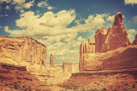 desierto: Postal antigua del lejano oeste, foto retro tonos del Parque Nacional Arches, Utah, EE.UU..