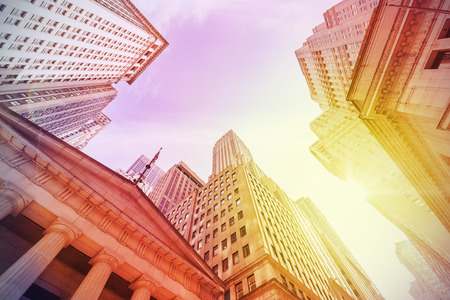 bolsa de valores: Vintage filtra Wall Street al atardecer, Manhattan, Nueva York, EE.UU..
