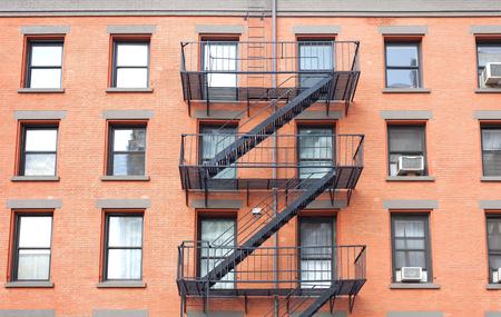 Brandtrap ladders, bakstenen gebouw in New York, USA. Stockfoto - 46379598