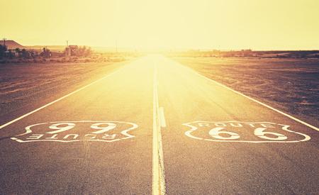 Retro oude film stijl zonsondergang over Route 66, Californië, USA. Stockfoto