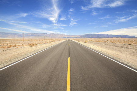 muerte: Carretera del pa�s sin fin en Valle de la Muerte, el concepto de viaje de aventura, EE.UU..