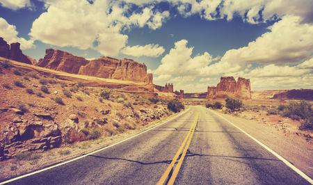 route: Vintage rétro stylisée pittoresque route du désert, USA. Banque d'images
