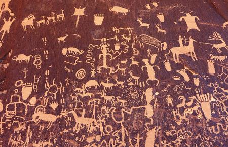 古代のシンボル テクスチャ、新聞岩、ユタ州、アメリカ合衆国のペトログリフ。 写真素材
