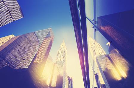 일몰 빈티지 스타일 맨해튼 고층 빌딩 창문, 뉴욕, 미국에 반영.