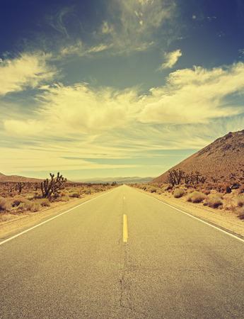 fallecimiento: tonos retro carretera del pa�s sin fin en Death Valley, California, EE.UU..