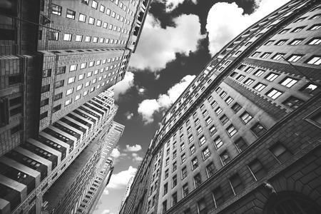 マンハッタン、ニューヨーク、アメリカ合衆国の建物の白黒写真。