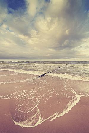 mare agitato: Annata tonica cielo tempestoso sopra il mare agitato, calma prima della tempesta concept.