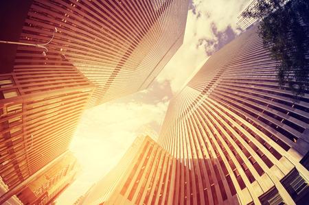 Fisheye lens vintage getinte foto van wolkenkrabbers in Manhattan bij zonsondergang, New York, USA. Stockfoto