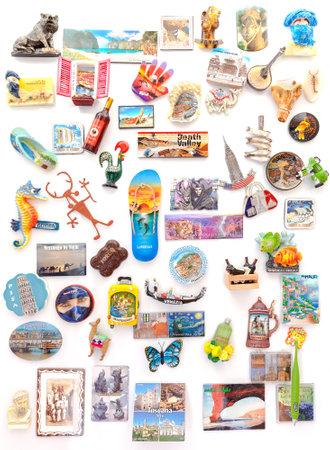 슈 체친, 폴란드 - 2016 년 3 월 8 일 : 전세계 기념품 자석 냉장고에서. 자석은 인기있는 여행 선물 및 수집 대상이되었습니다.
