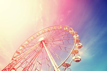Vintage getinte foto van een reuzenrad bij zonsondergang. Stockfoto - 59385193